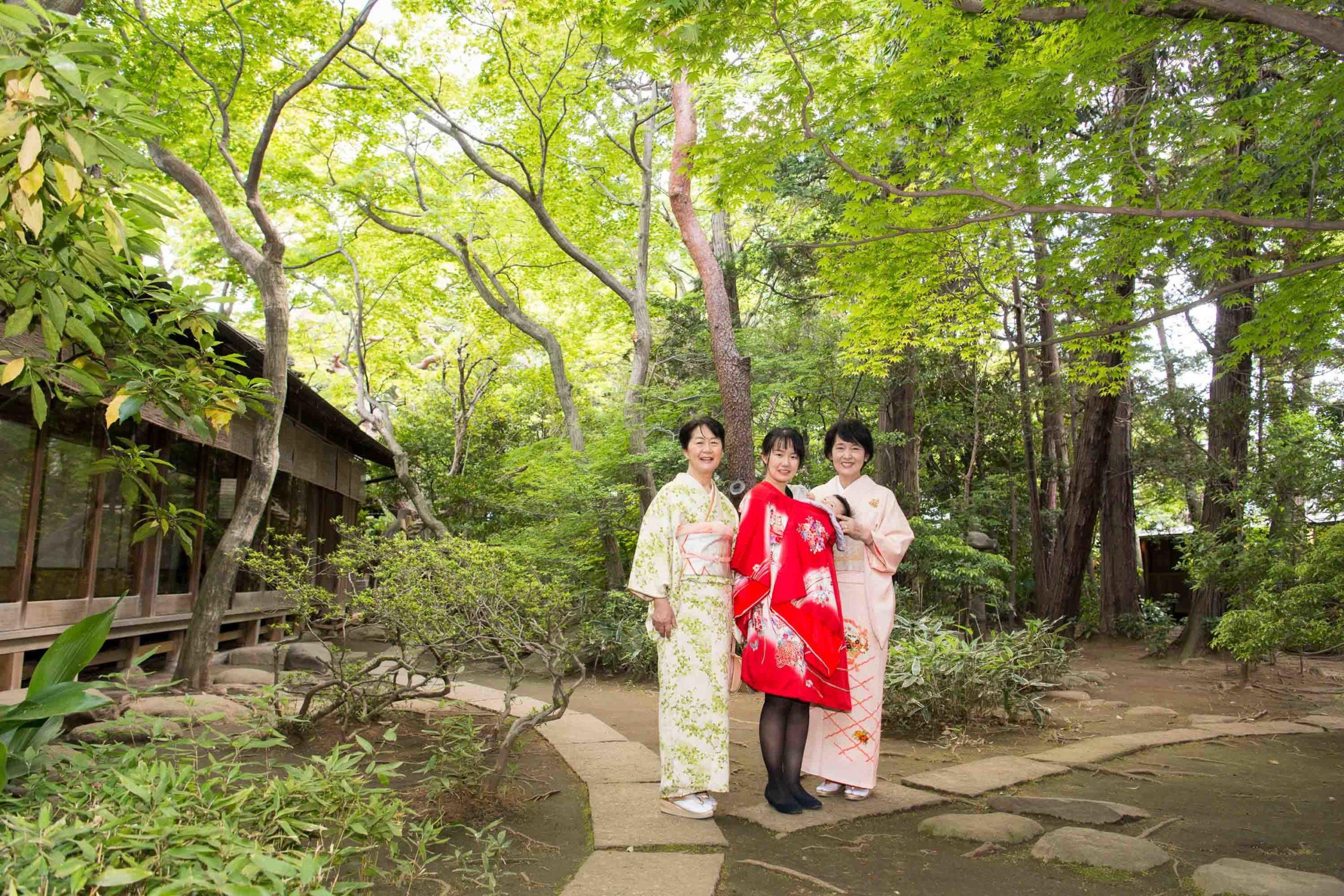 割烹の庭園で並び写真を取る女性3人