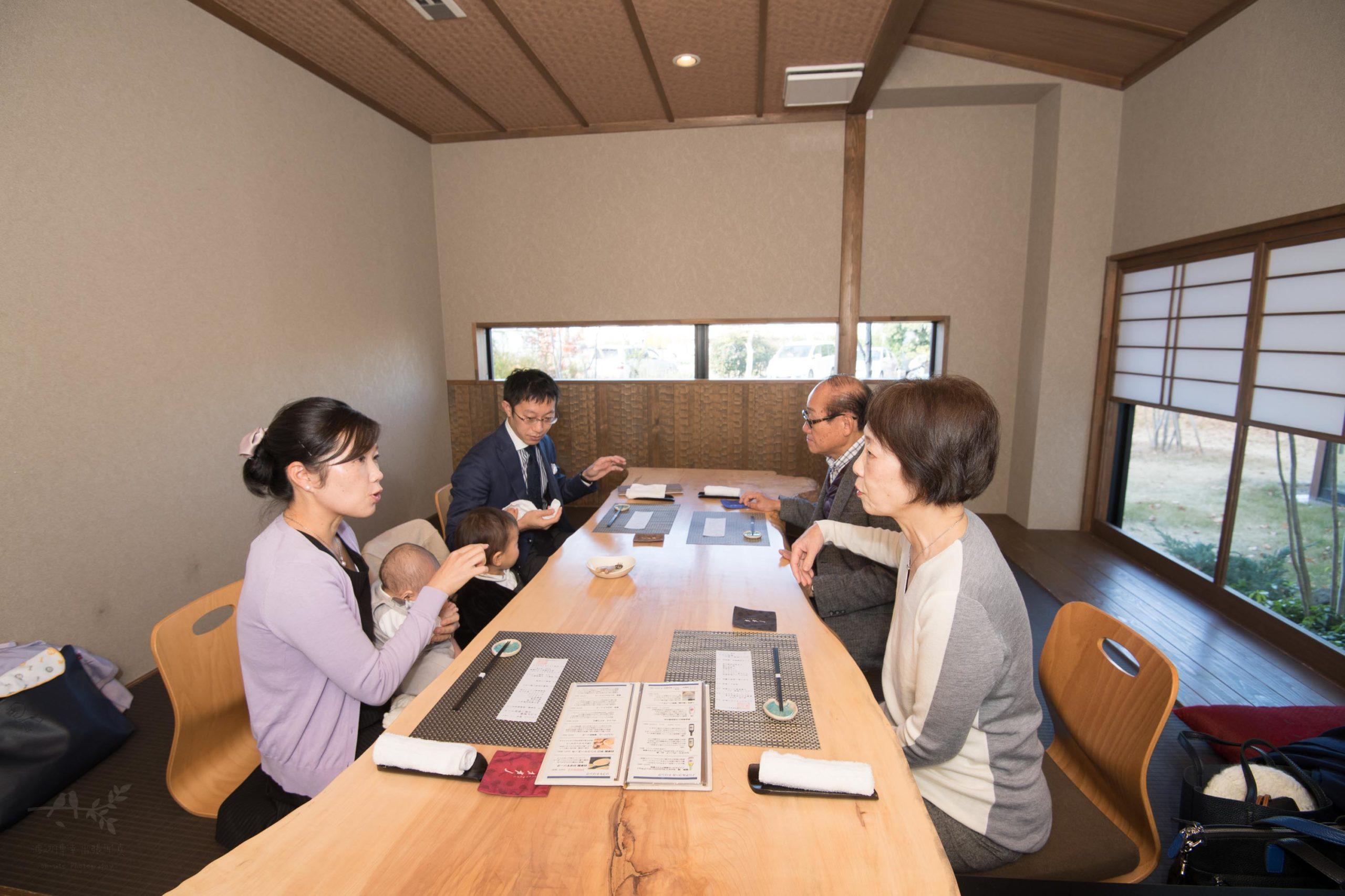 鉄板焼オオノの個室で赤ちゃんを含めた食事風景