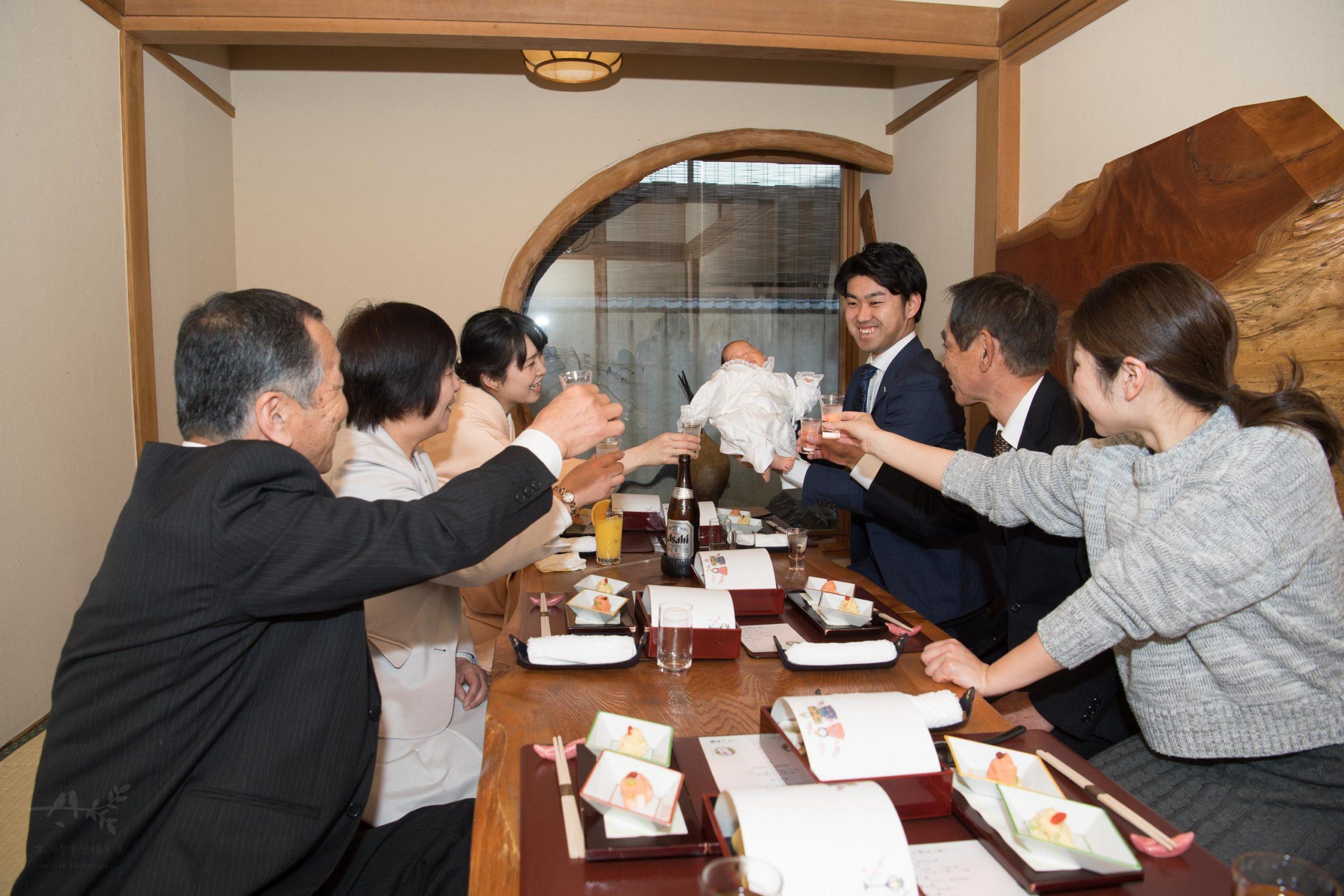 レストランの個室で乾杯する複数のひとたち