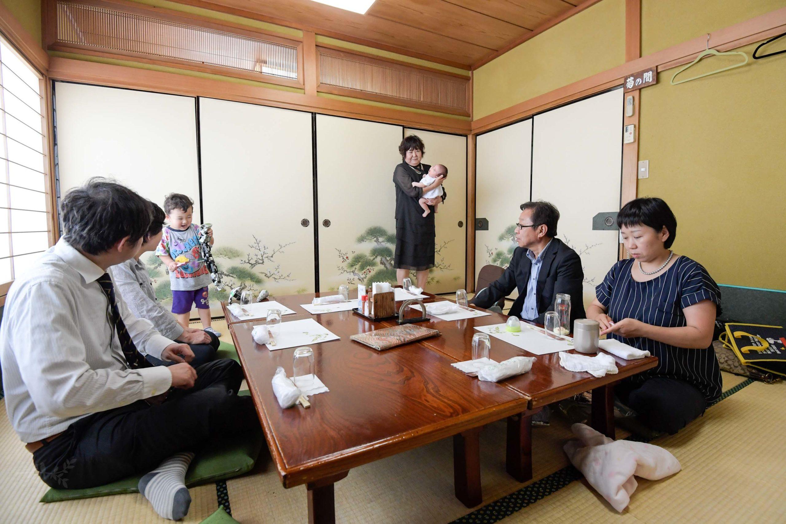 和室の個室で赤ちゃんを含めた食事風景