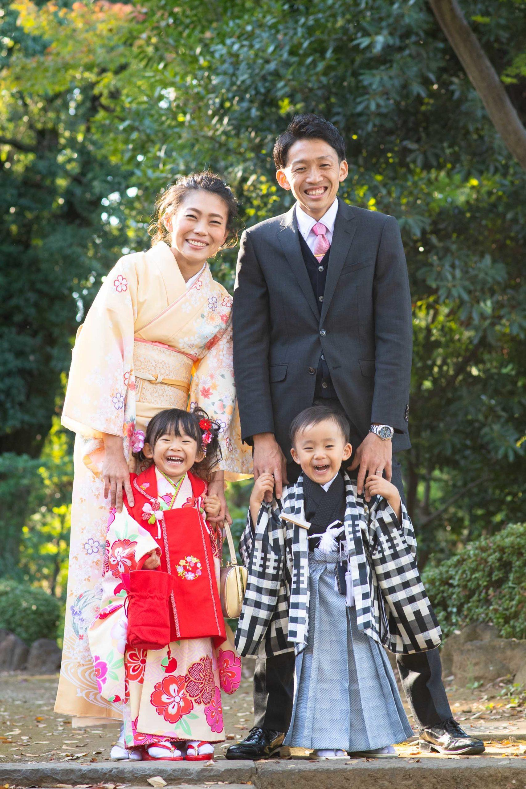 記念写真を撮影する七五三の4人家族