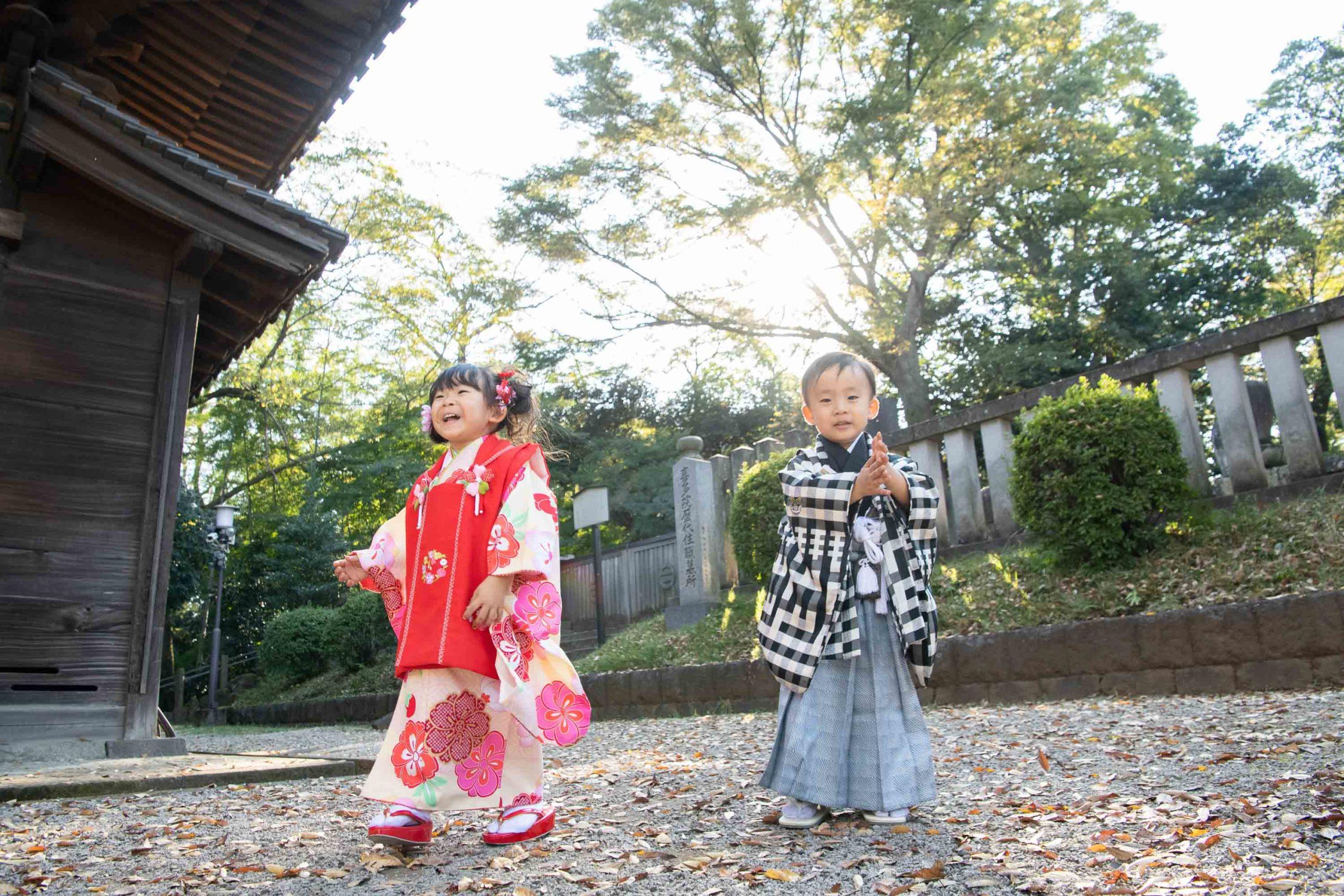 着物を着た3歳の男の子と女の子が立っている