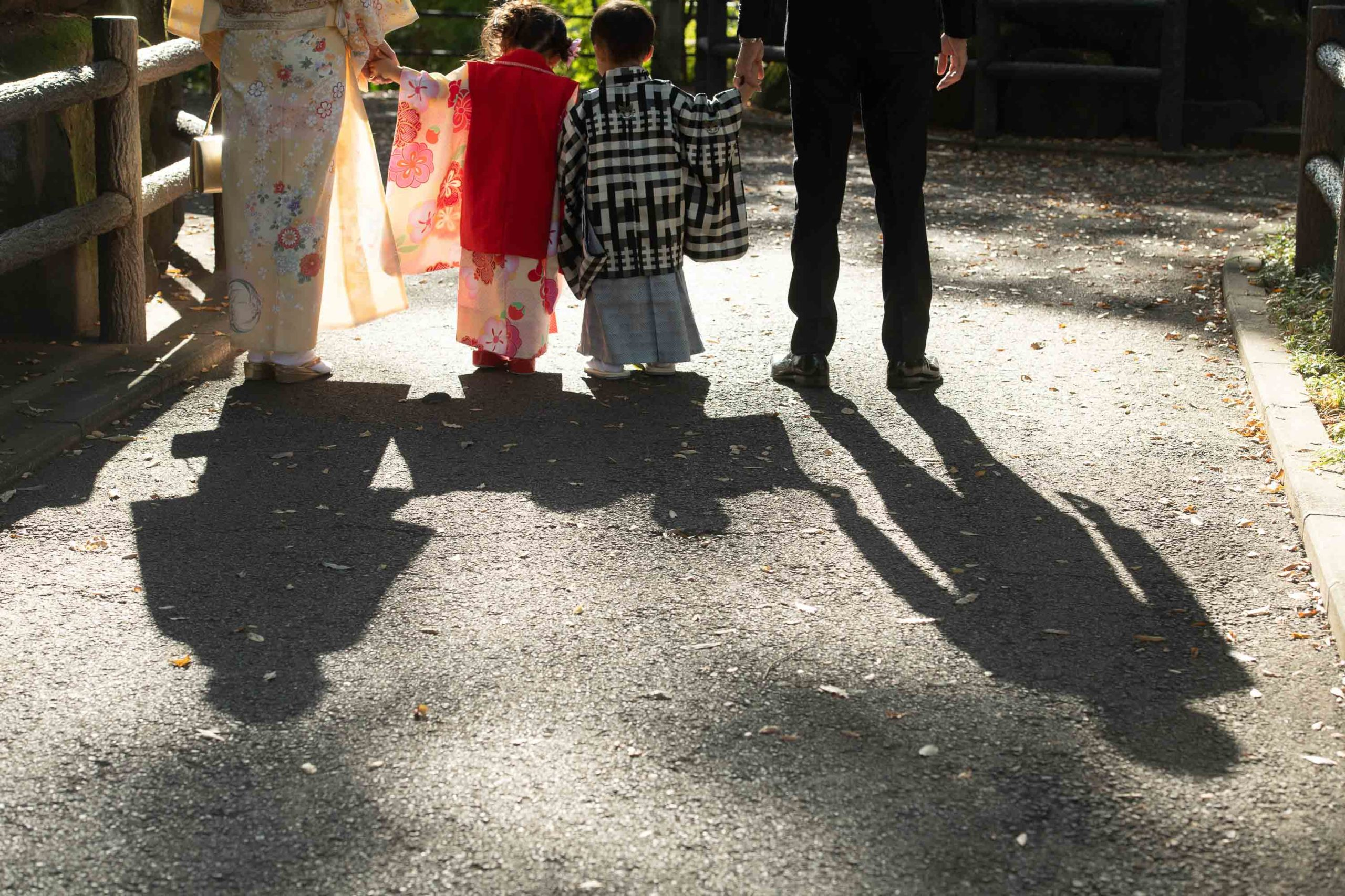 3歳の男の子と女の子の4人家族の影